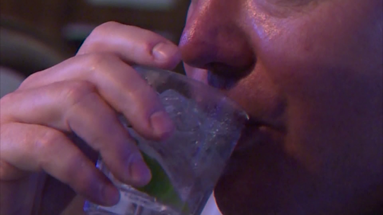 Texas restaurants, some bars can now serve mixed drinks to-go under extended waiver