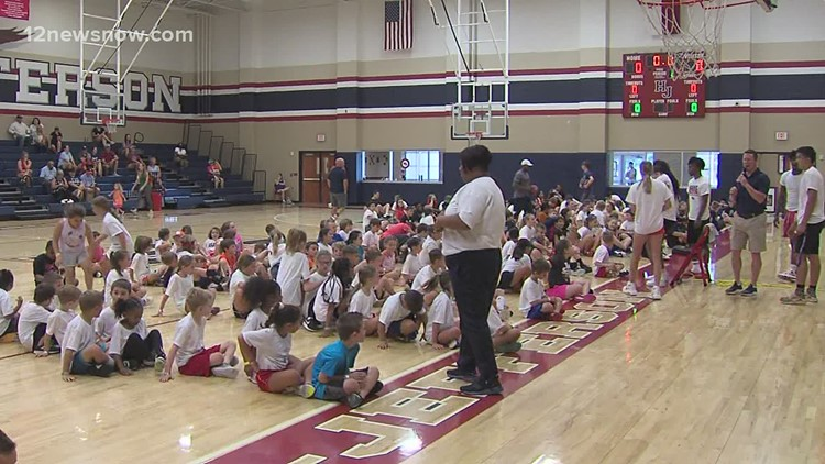 Hardin-Jefferson Basketball Camp capped off by Baxter Wirth signing