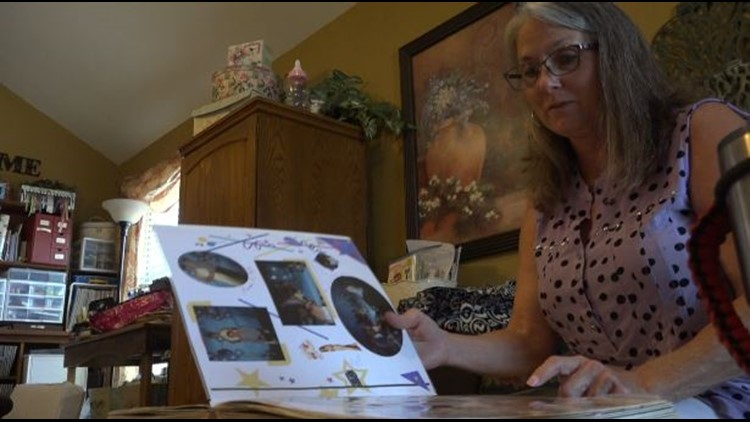 Torie Colvin looks at photos of her daughter